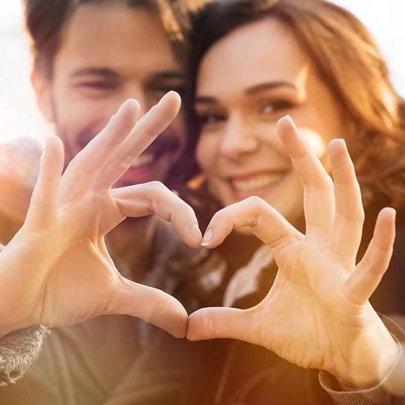 glückliches Paar formt Herz-Symbol mit Fingern - Beziehungsglück Eheglück Familienglück Beziehung Ehe Familie
