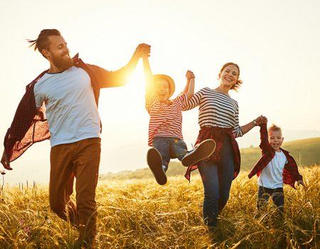 glückliche Familie im Feld - Beziehungsglück Eheglück Familienglück Beziehung Ehe Familie